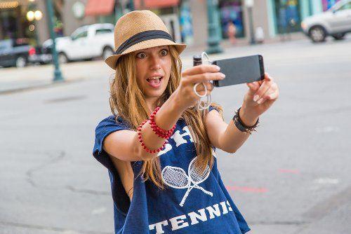 Селфі красивої дівчини в капелюсі