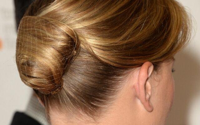 Як зробити красиву шишку з волосся: універсальна зачіска