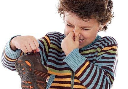 Як прибрати неприємний запах з взуття?
