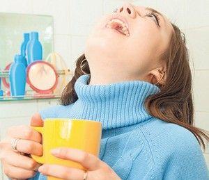Полоскання - народний засіб при більш в горлі