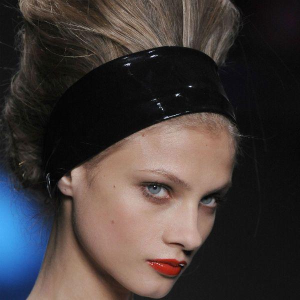 Об`ємна зачіска з пов`язкою фото