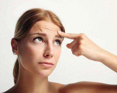 Причини і лікування дрібних прищів на лобі
