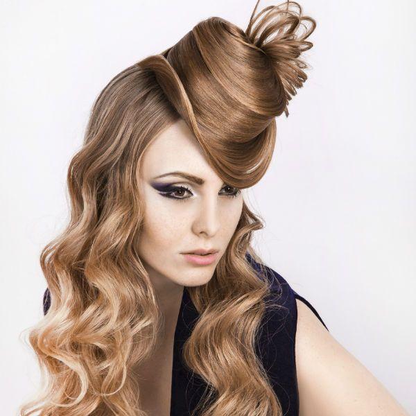 Креативна зачіска на довгому волоссі фото